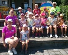 Organisatorin Brigitte Leopold, Laura Schiekofer und Anton Heckner waren begeistert von den kleinen Nachwuchsassen, die trotz der Hitze mit Eifer mitmachten und teils im Spieleifer nicht zu waren.